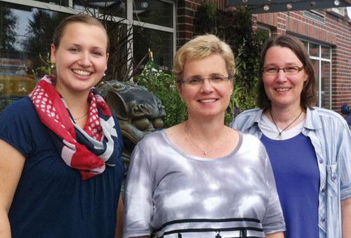 Helga Prante (Mitte) und ihre Mitarbeiterinnen Lena Lameyer (li.) und Birgit Rahmann.